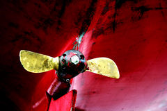 rostig yacht för gammal propeller arkivfoto