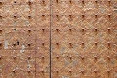 Rostig yttersida av en gammal medeltida kyrklig dörr royaltyfri bild