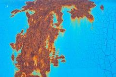 Rostig yttersida av metallplattan med knäckte blått färgar målarfärg Rost på gammal kulör metall arkivbild