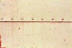 Rostig yttersida för metallplatta med nitar Royaltyfri Foto