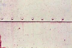 Rostig yttersida för metallplatta med nitar Royaltyfria Foton