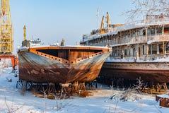 Rostiga övergav flodskepp Arkivbild