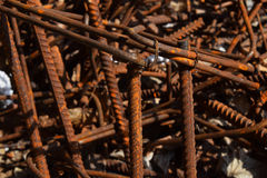 Rostiga anfrätta nedfläckade metallstycken: tråd montering, armatur på en smutsig betong Arkivbilder