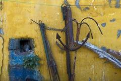 Rostiga ankaren och gul vägg Fotografering för Bildbyråer