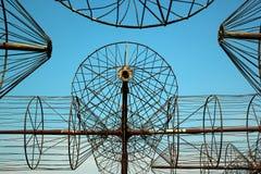 Rostiga antenner av ett gammalt övergett radioteleskop Arkivfoto