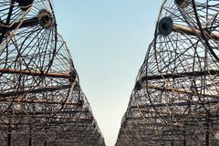 Rostiga antenner av ett gammalt övergett radioteleskop Arkivbilder