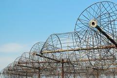 Rostiga antenner av ett gammalt övergett radioteleskop Royaltyfri Fotografi