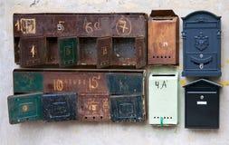 Rostiga brevlådor på väggen Arkivbilder
