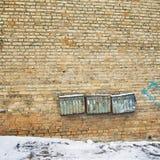 Rostiga brevlådor på väggen Arkivfoton
