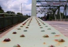 Rostiga bultar på den gamla bron fotografering för bildbyråer