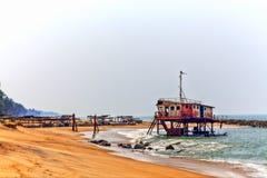 Rostiga färgrika projekt för en skeppsbrott ut ur vattnet av Indiska oceanen Royaltyfri Foto