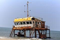 Rostiga färgrika projekt för en skeppsbrott ut ur vattnet av Indiska oceanen Arkivbild