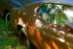 Rostiga gamla bilar i det övergav stället, skrot fotografering för bildbyråer