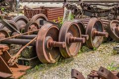 Rostiga gamla drevhjul skrotade arkivbilder