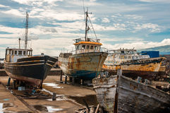 Rostiga gamla fartyg på boatyard av Madalena-Pico-Azores Arkivbild