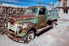 Rostiga gammala åker lastbil Royaltyfria Bilder