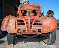 Rostiga gammala åker lastbil Arkivbild