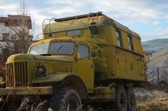 Rostiga gammala åker lastbil Arkivbilder