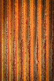 Rostiga korrugerade stryker belägger med metall staketZincväggen texturerar bakgrund Royaltyfri Bild