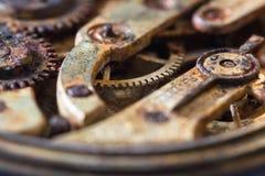 Rostiga kugghjul i en gammal rova Arkivfoton