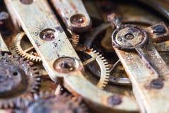 Rostiga kugghjul i en gammal rova Arkivbilder