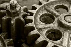 Rostiga metalliska kugghjul och kugghjul av den gamla industriella maskinen Royaltyfria Bilder