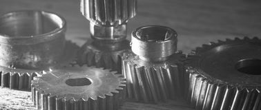 Rostiga metalliska kugghjul och kugghjulmaskineridelar Arkivfoton