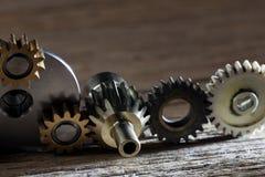 Rostiga metalliska kugghjul och kugghjulmaskineridelar Royaltyfri Foto