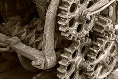 Rostiga metallkugghjul och kugghjul gammal industriell mekanism Arkivbild