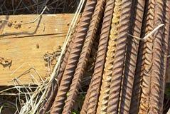 Rostiga metallstänger på en träpalett royaltyfri fotografi