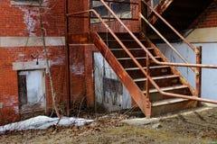 Rostiga moment av övergiven byggnad Royaltyfri Foto