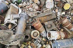 Rostiga motorer som staplas i skrotupplaget Motordelar smorde och täckte med rostförrådsplatsen av stycken av järn och havererama arkivbilder