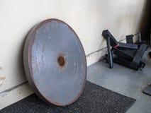 Rostiga 45 pund viktsammanträde i idrottshall Royaltyfri Foto
