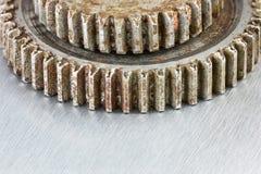 Rostiga red ut industriella kugghjul på skrapad metallbakgrund Royaltyfria Bilder