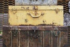 Rostiga resväskor för metall - tappninggarnering för inre eller trädgård arkivfoton