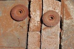 Rostiga runda metallhjul på gatan Royaltyfria Foton