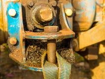 Rostiga släpstänger på traktorbilen Bogsera för bil förbindelse med kablar arkivbild