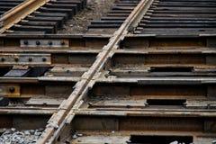 Rostiga stålstrukturer Bytta ut slitna spårvagnstänger på genomskärningen Vägar och stads- ekonomi royaltyfria bilder