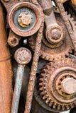 Rostiga tandhjul och kugghjul av den gamla industriella maskinen Royaltyfria Foton