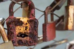 Rostiga vänner låser hängningar på en metallkabel arkivfoto