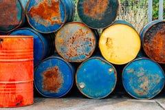 Rostiga valsar för olje- trummor royaltyfri fotografi
