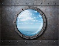Rostige Öffnung oder Fenster des alten Schiffs mit Meer und stockfotos