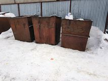 Rostige Abfalleimer auf dem Schnee im Winter lizenzfreie stockbilder