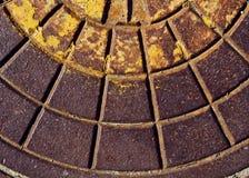Rostige Abwasserkanaleinsteigeloch-Deckelbeschaffenheit Stockfotos