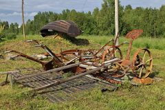 Rostige alte Bauernhofwerkzeuge Stockbild