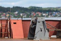 Rostige alte Bootswinde auf dem Dock Stockfotos