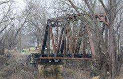 Rostige alte Eisenbahnbrücke lizenzfreie stockbilder