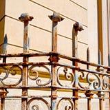 rostige balauster acces extrahieren Handlauf im weißen Beton w Stockfotografie