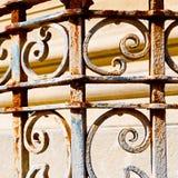 rostige balauster acces extrahieren Handlauf im weißen Beton w Lizenzfreies Stockbild