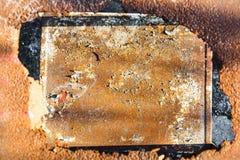Rostige Blechtafel mit einem Loch in der Mitte Stockfoto